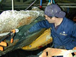 L'archeologo Shea McLean rimozione dei sedimenti dal serbatoio di zavorra durante lo scavo di poppa.