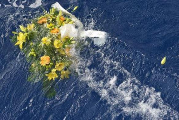 Lampedusa - naufragio 3 ottobre 2013 - October 5, 2013 shows a bunch of flowers floating in the sea near the Lampedusa harbour after a boat with migrants sank killing more than a hundred of people. ANSA/STRINGER