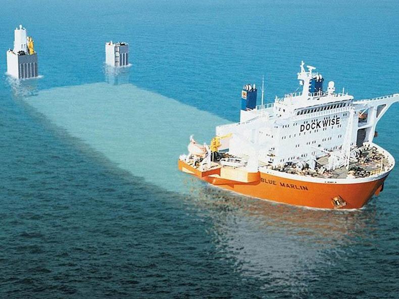 MV Blue Marlin va sott'acqua per prepararsi per il caricamento.