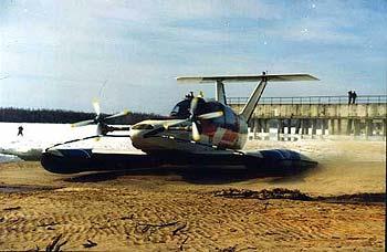 Aquaglide A5 -vola sopra il suolo.